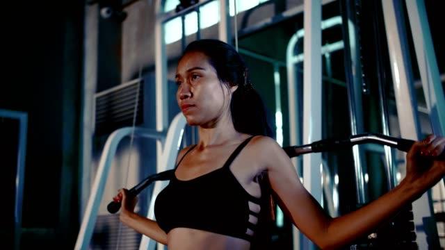 woman exercising at the gym - mezzogiorno video stock e b–roll
