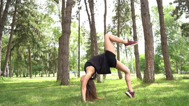 vídeos y material grabado en eventos de stock de mujer haciendo ejercicio en un parque público - sólo mujeres jóvenes
