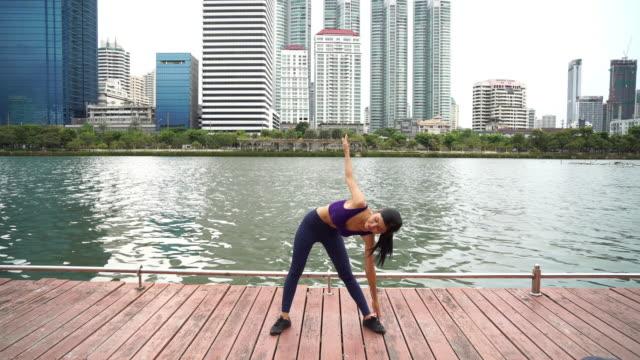 公共の公園で運動の女性。 - 金銭に関係ある物点の映像素材/bロール