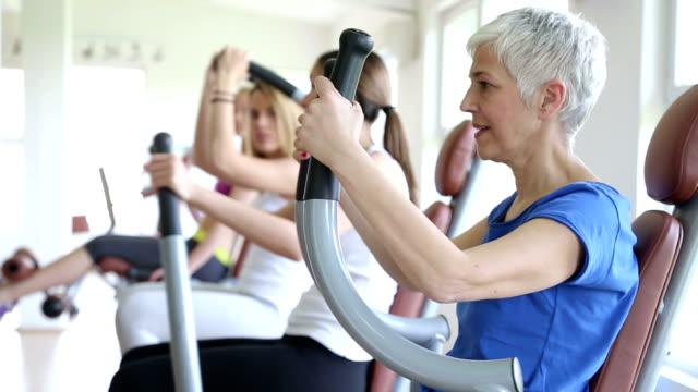 frau training im fitnessraum - older woman fun stock-videos und b-roll-filmmaterial