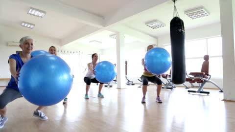 vídeos y material grabado en eventos de stock de mujer ejercicio en el gimnasio. - pelota