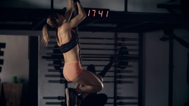 vídeos de stock e filmes b-roll de woman exercising on gym rope - corda de trepar