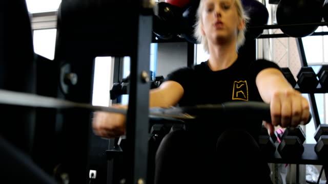 Frau trainieren am Rudergerät