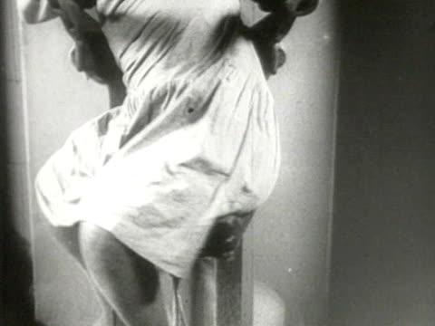 stockvideo's en b-roll-footage met woman exercising on various machines - gespierd