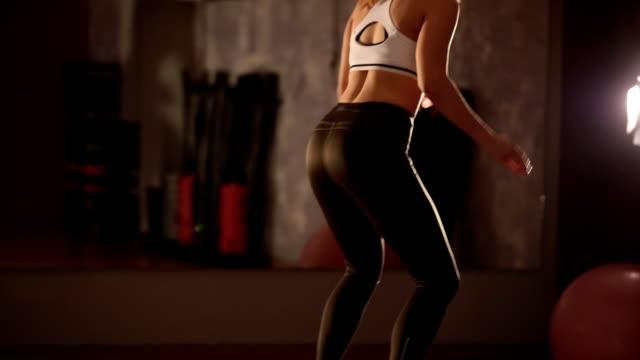 vídeos de stock, filmes e b-roll de mulher s'exercitando - sutiã para esportes