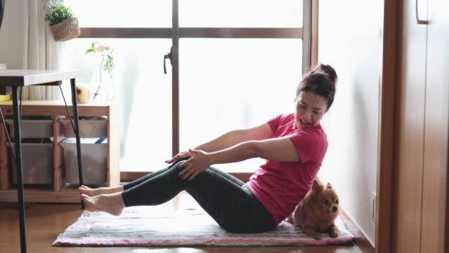 自宅でヨガをする女性 - リアルライフ 点の映像素材/bロール
