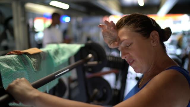 vidéos et rushes de femme épuisé à la gymnastique - 50 54 ans
