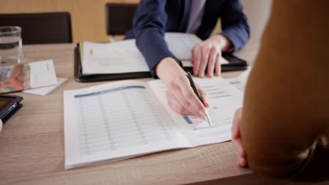 女性を説明し、彼女のクライアントのパンフレットの値を旋回 - paperwork点の映像素材/bロール