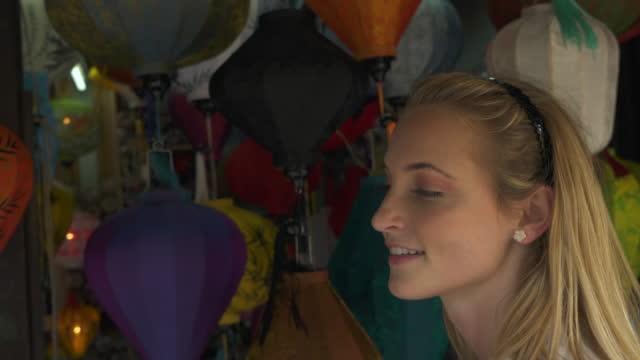 vídeos y material grabado en eventos de stock de mujer explora los artículos en el mercado extranjero - encontrar