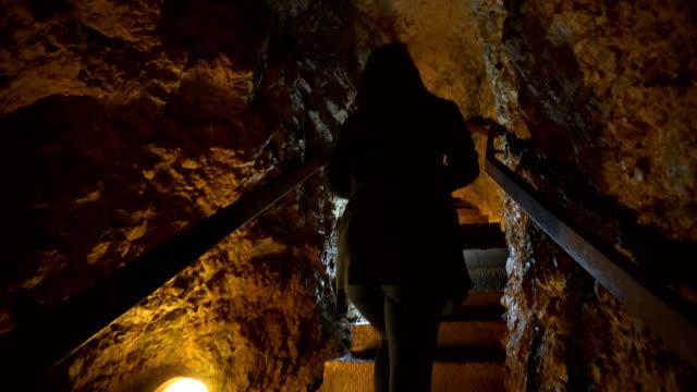 vídeos de stock, filmes e b-roll de mulher explora a caverna - stalactite