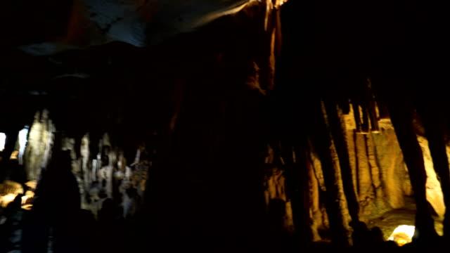 frau erkundet die höhle - kamerafahrt auf schienen stock-videos und b-roll-filmmaterial