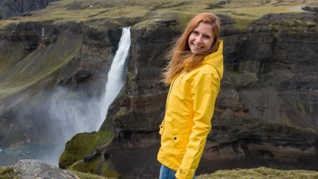 woman exploring iceland, admiring its canyons - paesaggio spettacolare video stock e b–roll