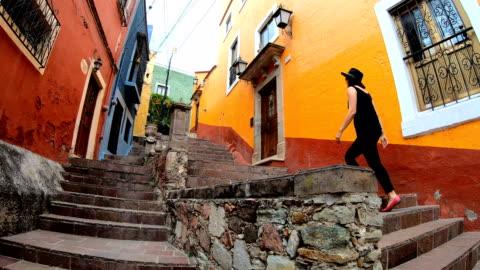 vidéos et rushes de femme, explorer les rues à guanajuato, mexique - vêtements décontractés