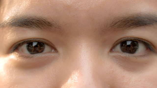 女性の目元のクローズアップ - 茶色点の映像素材/bロール