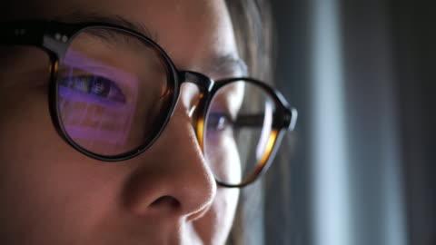 vídeos y material grabado en eventos de stock de ojo de mujer mirando el monitor, navegar por internet - intelligence