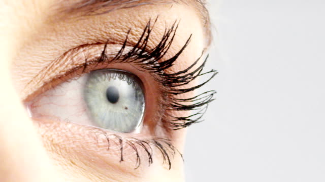 stockvideo's en b-roll-footage met vrouw oog - netvlies
