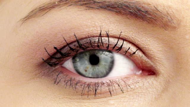 vídeos y material grabado en eventos de stock de mujer ojo - ojo humano
