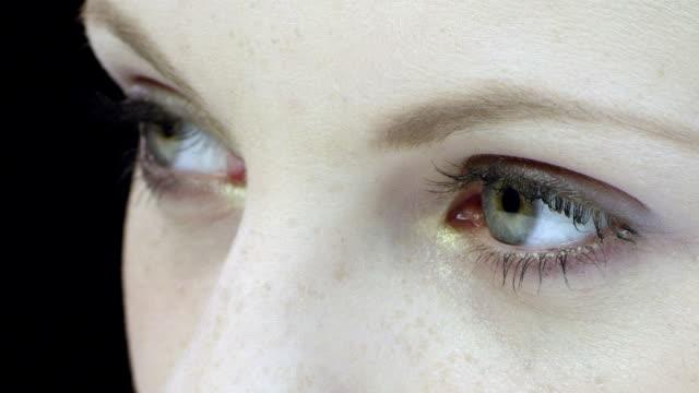 女性の目元のクローズアップ - 選択点の映像素材/bロール