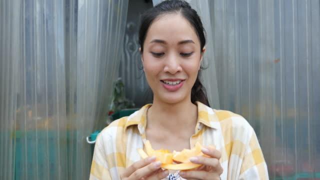 vídeos de stock, filmes e b-roll de mulher agricultora comer melão - melão musk