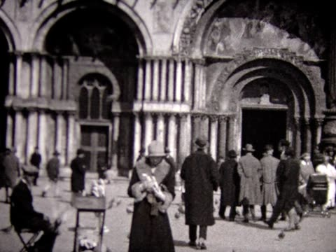 vídeos de stock, filmes e b-roll de 1929 woman feeding pigeons in venice - 1920 1929