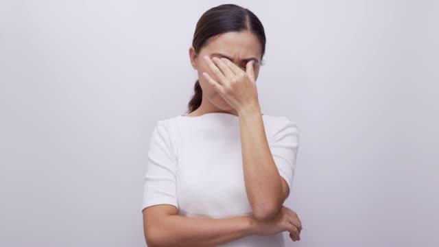 女性隔離された白い背景 4 k 目痛みを感じて - 目が回る点の映像素材/bロール