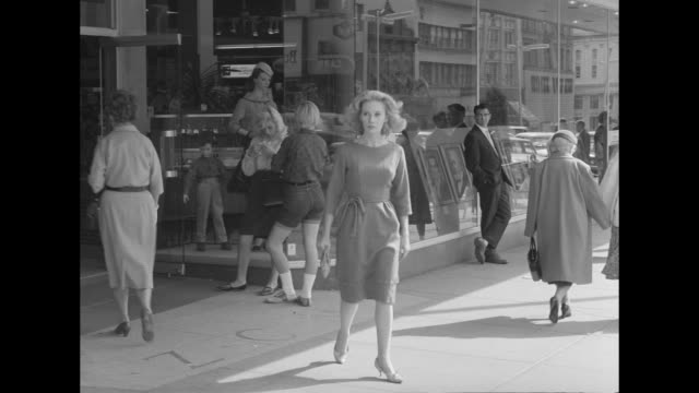 vidéos et rushes de 1962 a woman feels invisible - silence