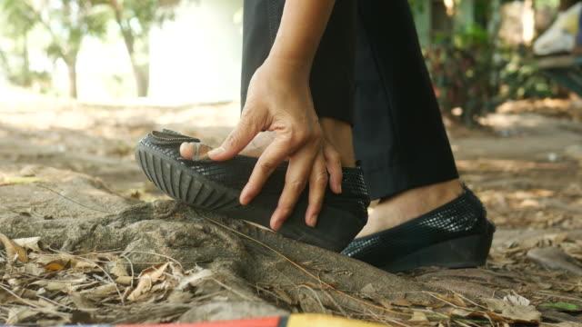 事故で女性の足
