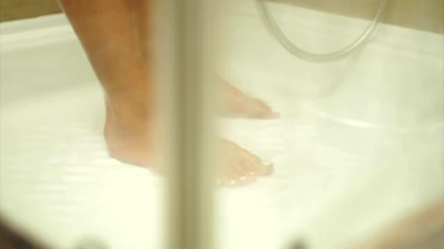 女性シャワーで足をクローズ アップ