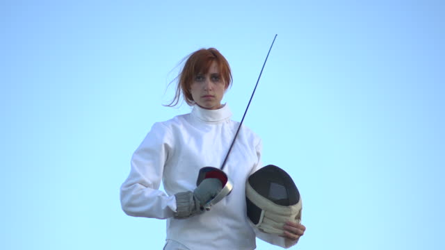 vídeos y material grabado en eventos de stock de a woman fencing on the beach. - slow motion - en guardia