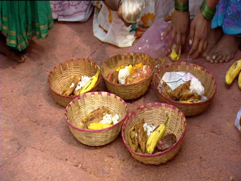 stockvideo's en b-roll-footage met a woman fills baskets with offerings - gelovige