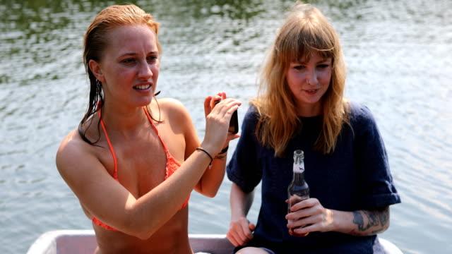 Frau von Freund während Bootfahren im See Dreharbeiten