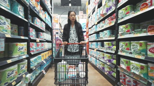 Vrouw zoeken product binnen supermarkt