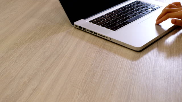 vídeos de stock, filmes e b-roll de dedo de mulher clique no touchpad do laptop, com espaço para texto, bom para uso no banner web - touchpad