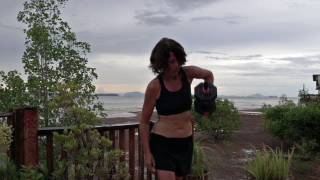 woman fitness routine with dumbell weights at home - hand weight stock videos & royalty-free footage