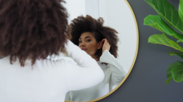 stockvideo's en b-roll-footage met woman fixing hair - coltrui