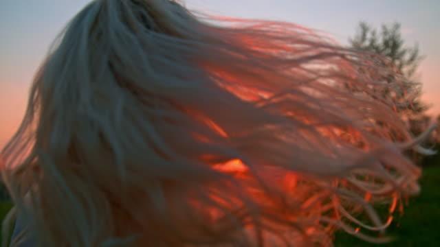 slo mo frau flippt ihre haare - schwanken stock-videos und b-roll-filmmaterial