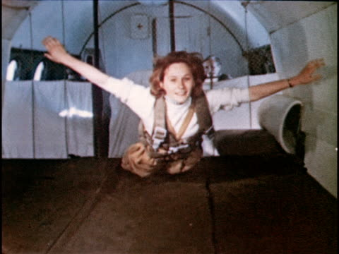 vidéos et rushes de woman floating, experiencing zero gravity on plane. - apesanteur
