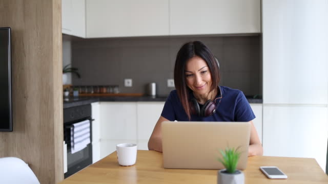 woman freelancer at home - domestic kitchen stock videos & royalty-free footage