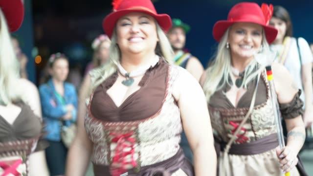 vídeos de stock, filmes e b-roll de retrato de amigos de mulher na oktoberfest em blumenau, santa catarina, brasil - tradição