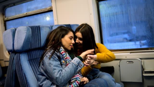 vidéos et rushes de amis femme voyageant en train - trébucher