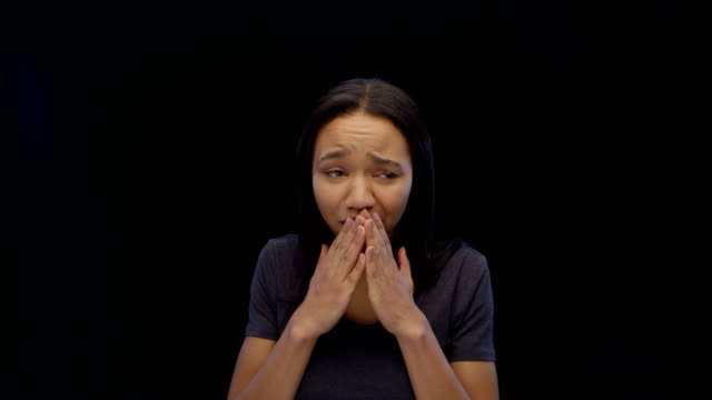 vidéos et rushes de femme fronçant les sourcils et en fermant ses yeux regardant objet imaginaire. déception - touche de couleur