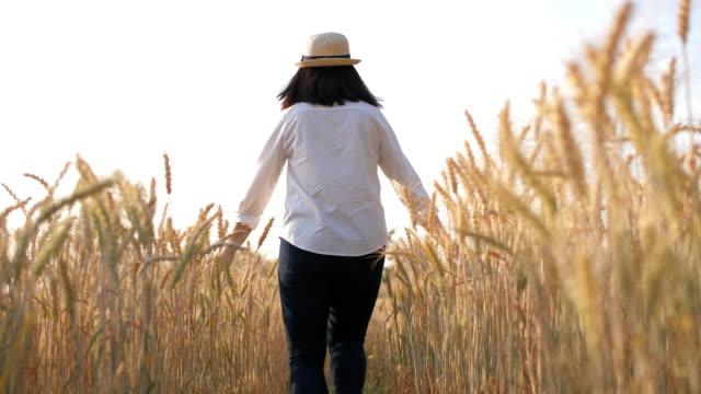 Frau macht Spaß und glücklich in einem Weizenfeld