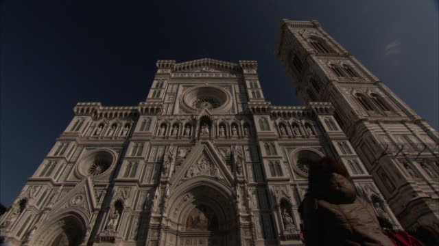 a woman gazes up at the florence cathedral. - アーマンド・イアヌッチ点の映像素材/bロール