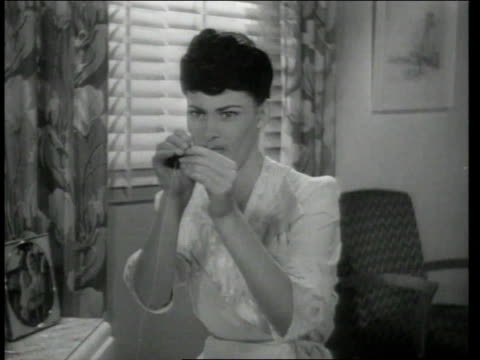 vidéos et rushes de 1943 montage woman gets increasingly frustrated trying to place thread through needle - fil mercerie