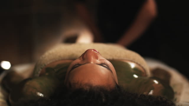 vídeos de stock e filmes b-roll de woman getting a massage - mesa de massagem