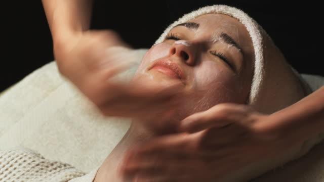 vídeos de stock e filmes b-roll de woman getting a spa treatment - mesa de massagem