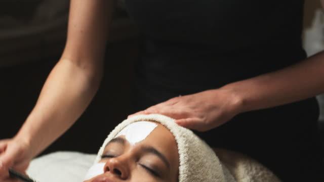 stockvideo's en b-roll-footage met woman getting a spa treatment - in een handdoek gewikkeld
