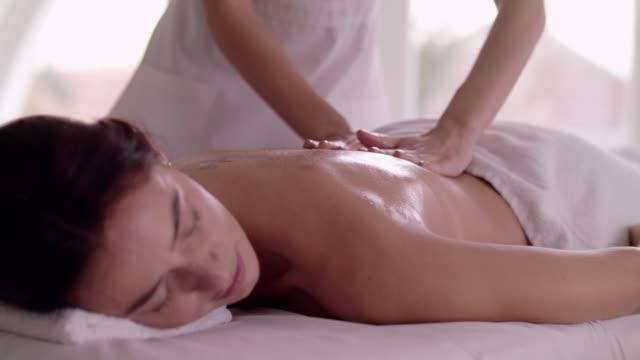 vidéos et rushes de femme pour revenir de massage au spa - banc de massage