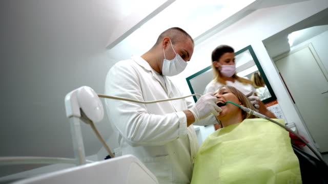 Frau, Zahnbehandlung