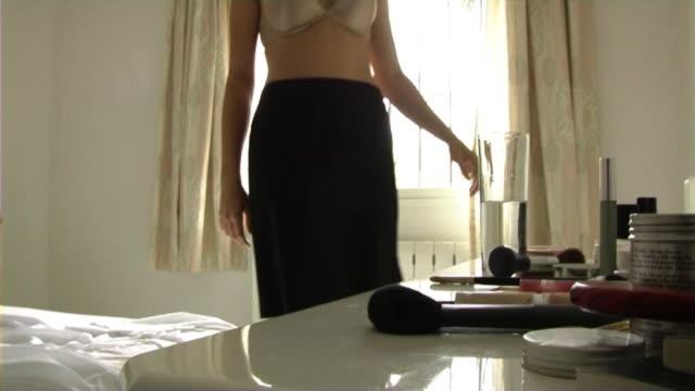 woman getting dressed - underwear and skirt - 整理ダンス点の映像素材/bロール
